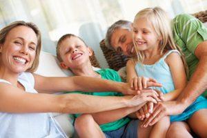 famille_parents_enfants_heureux_generation_425-300x200